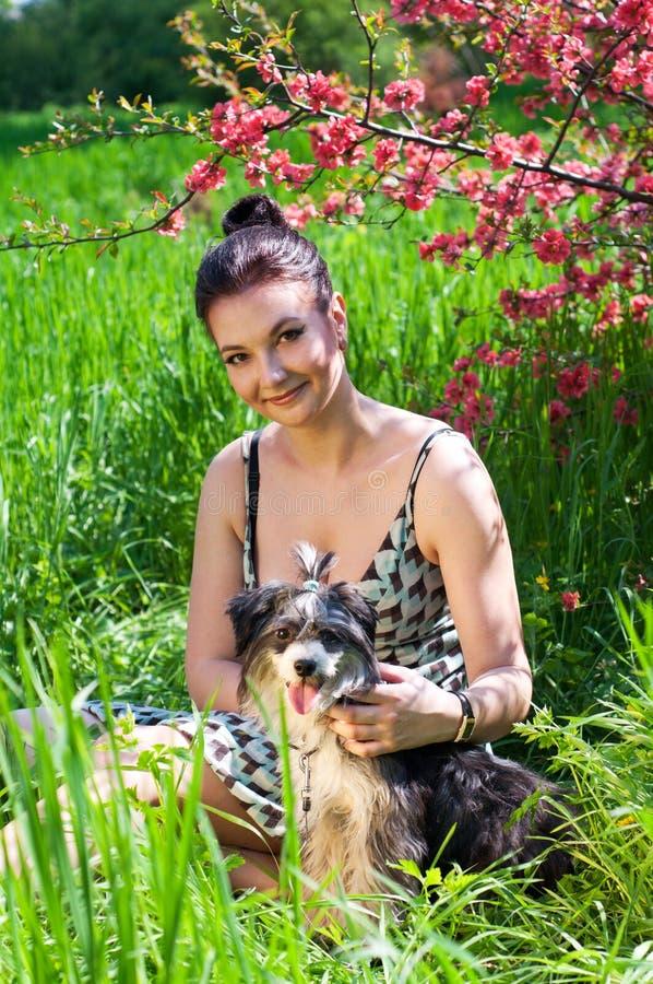 Frau mit jungem Chinese Crested-Hund lizenzfreie stockfotos