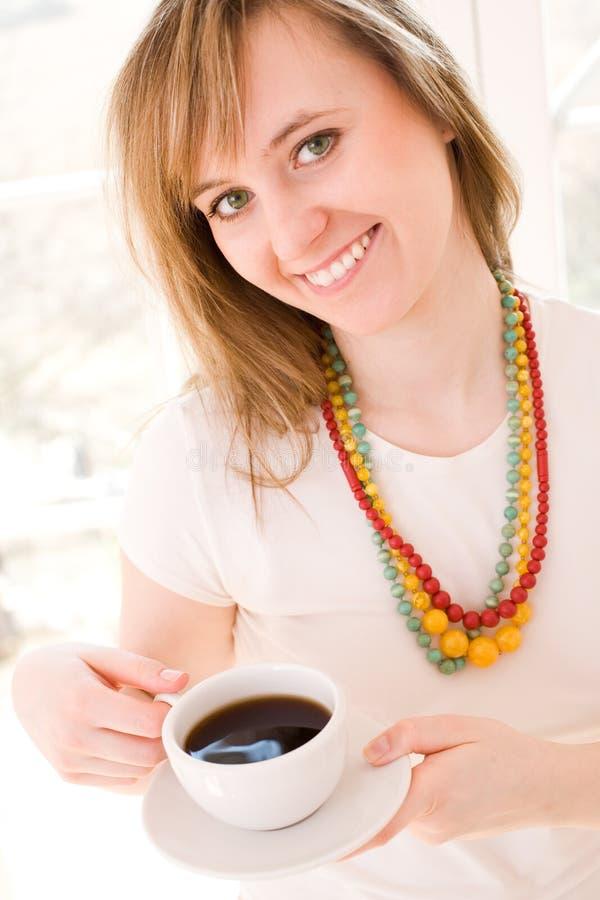 Frau mit Kaffee lizenzfreies stockfoto