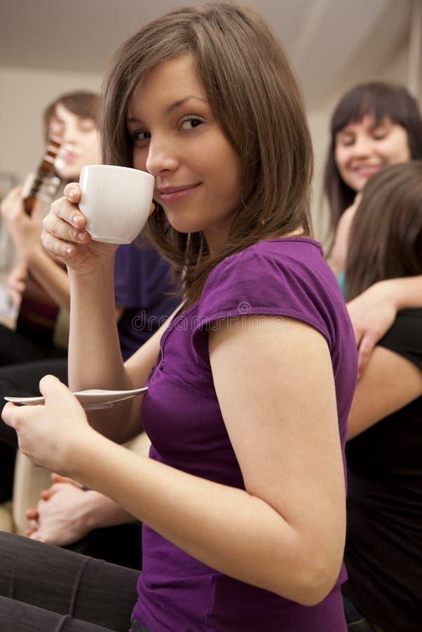 Frau mit Kaffee auf dem Freundtreffen stockfotografie