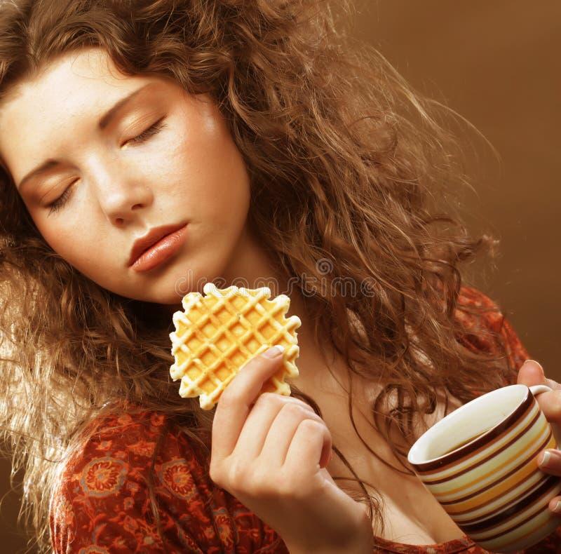 Frau mit Kaffee und Plätzchen stockbild