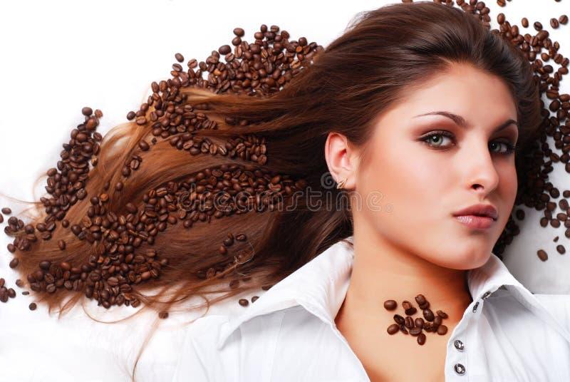 Frau mit Kaffeebohnen lizenzfreies stockbild
