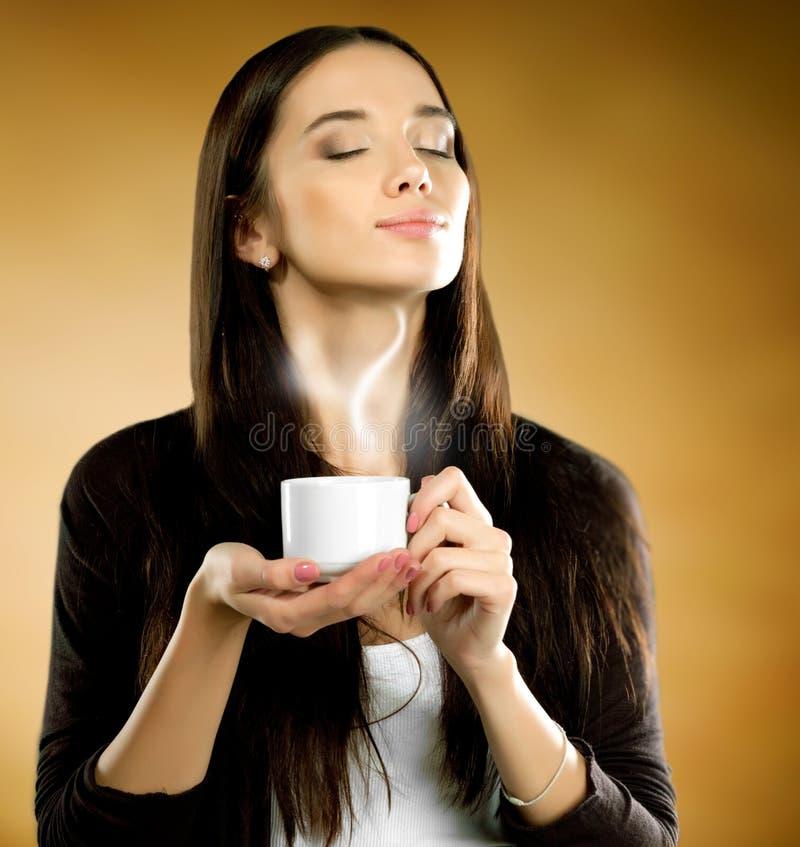 Frau mit Kaffeetasse stockfotografie