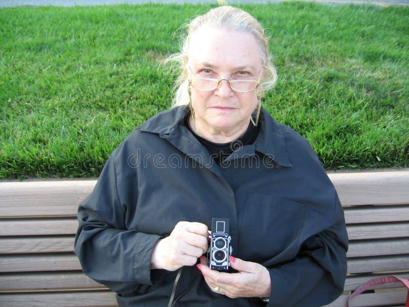 Frau mit Kamera lizenzfreie stockfotografie
