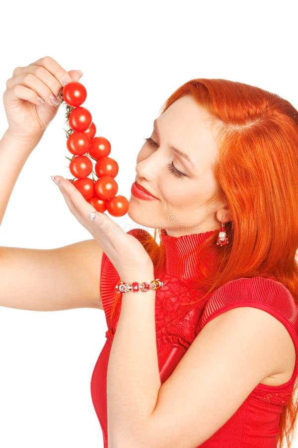 Frau mit Kirschtomaten lizenzfreies stockfoto