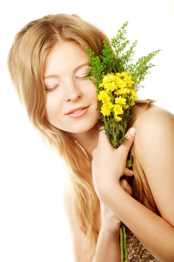 Frau mit kleinen gelben Blumen lizenzfreies stockfoto