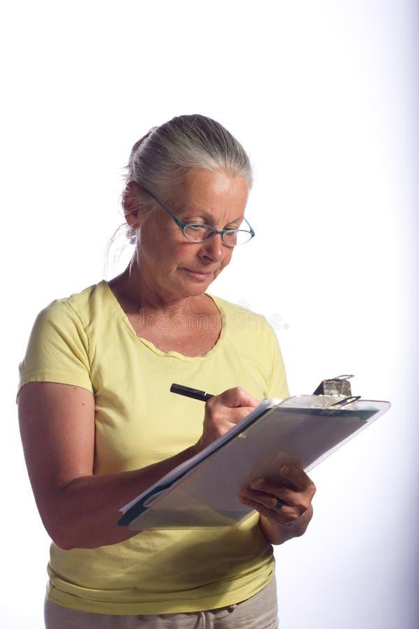 Frau mit Klemmbrett stockfoto