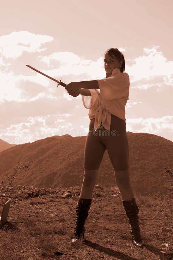Frau mit Klinge lizenzfreies stockbild
