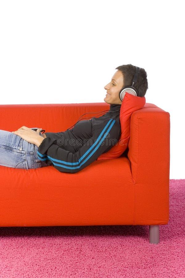 Frau mit Kopfhörer lizenzfreie stockfotos