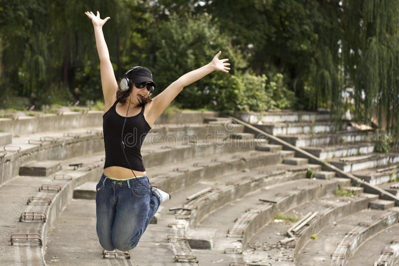 Frau mit Kopfhörern lizenzfreie stockfotografie