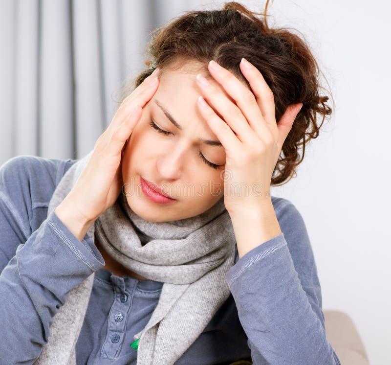 Frau mit Kopfschmerzen stockbild