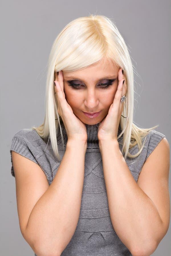 Download Frau mit Kopfschmerzen stockbild. Bild von schmerz, mädchen - 27725481