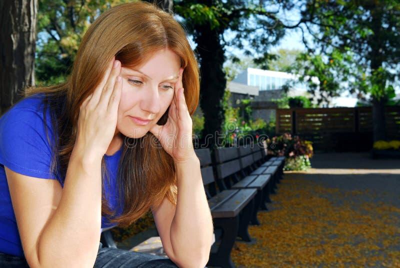 Frau mit Kopfschmerzen stockfoto