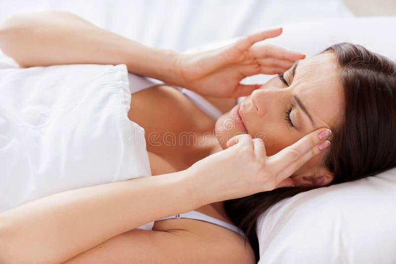 Frau mit Kopfschmerzen. lizenzfreie stockfotografie
