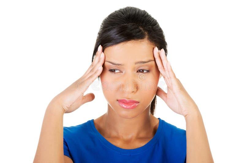 Frau mit Kopfschmerzen oder Problem stockfotos