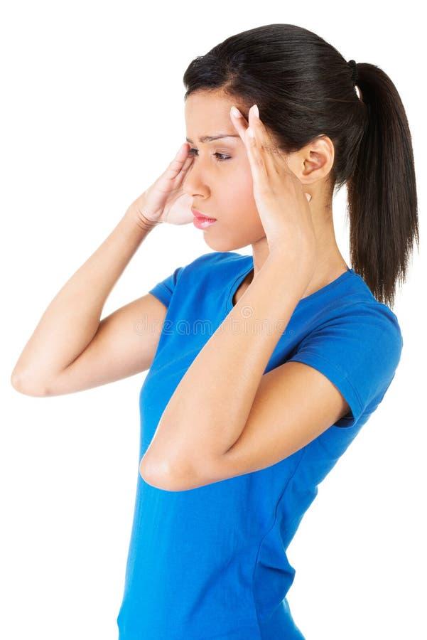 Frau mit Kopfschmerzen oder Problem lizenzfreie stockfotografie