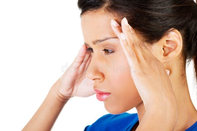 Frau mit Kopfschmerzen oder Problem stockbild