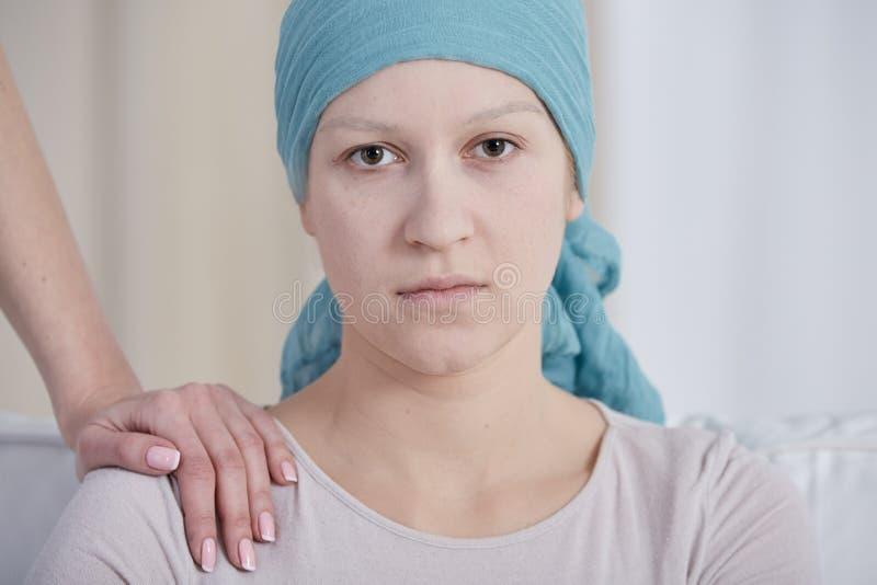 Frau mit Kopftuch stockfotos