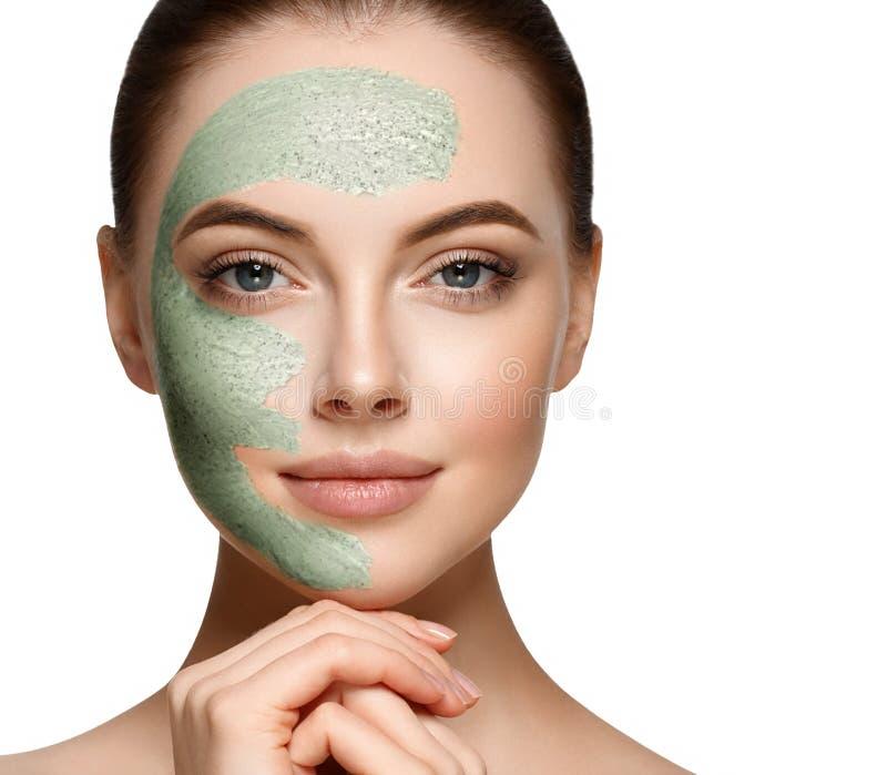 Frau mit kosmetischer scrab Maske auf Gesicht lizenzfreie stockbilder