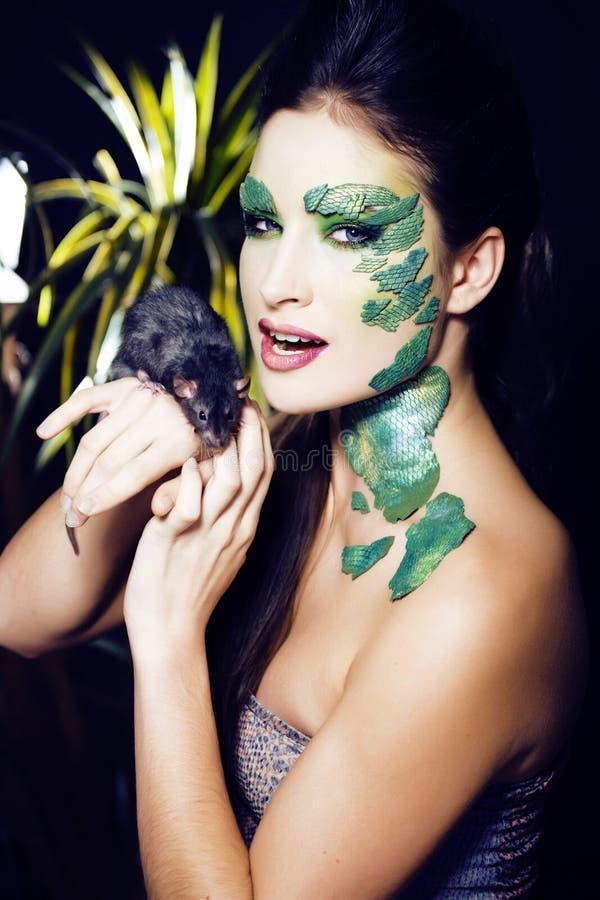 Frau mit kreativem bilden wie Schlange und Ratte in ihren Händen, hal stockfotos