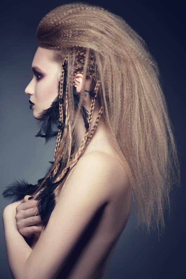 Frau mit kreativem Make-up und Frisur stockfotos