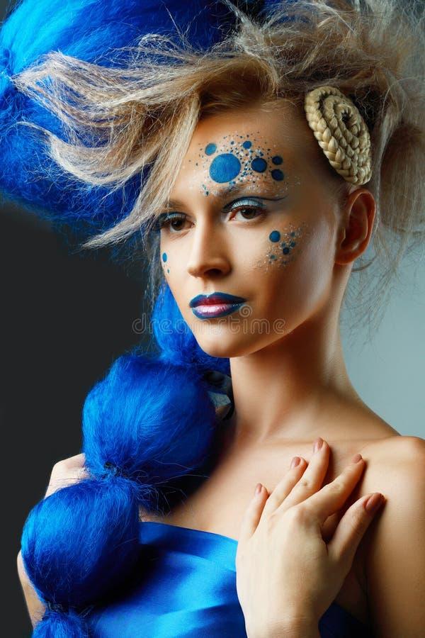 Frau mit kreativer Fantasiefrisur lizenzfreie stockbilder