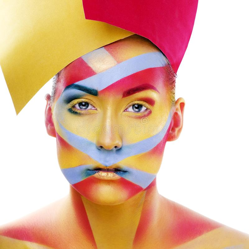 Frau mit kreativer Geometrie bilden, Rot, Gelb, das blaue Nahaufnahmel?cheln gef?rbt, helles kreatives Konzept stockfoto