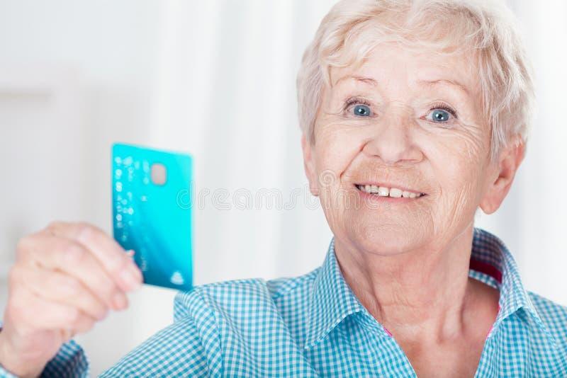 Frau mit Kreditkarte stockfotos