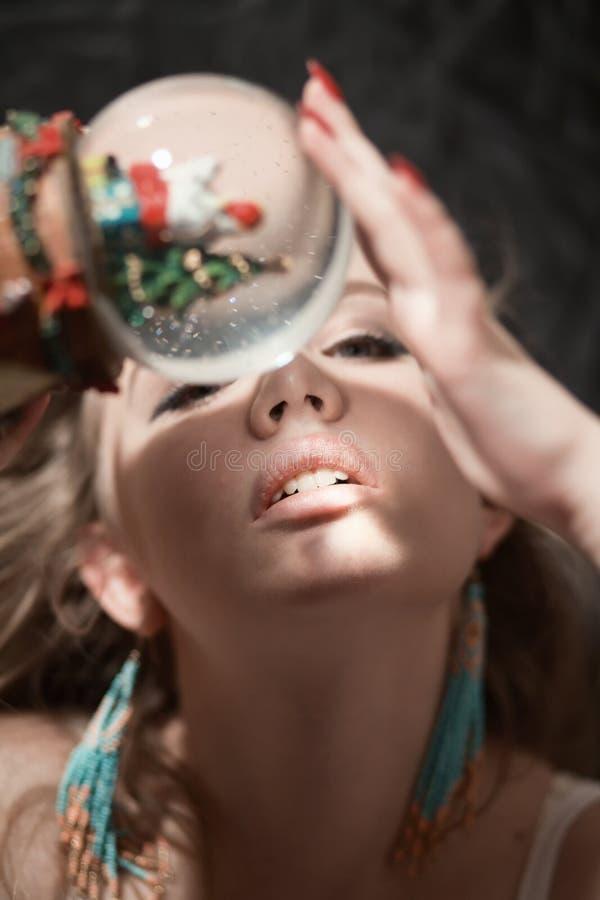Frau mit Kristallball stockfotos