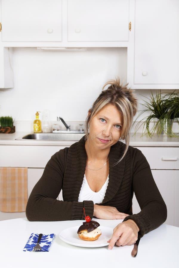 Frau mit Kuchen in der Küche lizenzfreie stockfotografie