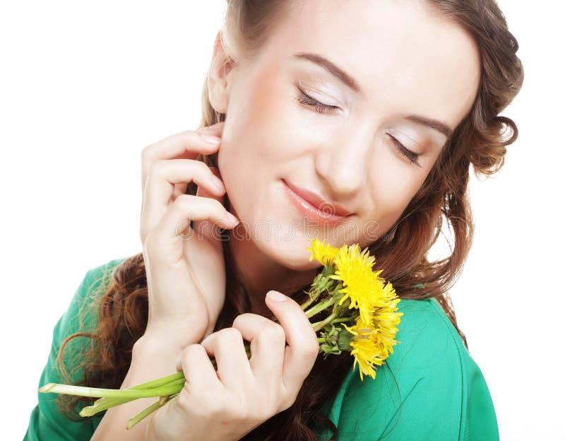 Frau mit Löwenzahnblumenstrauß stockbild