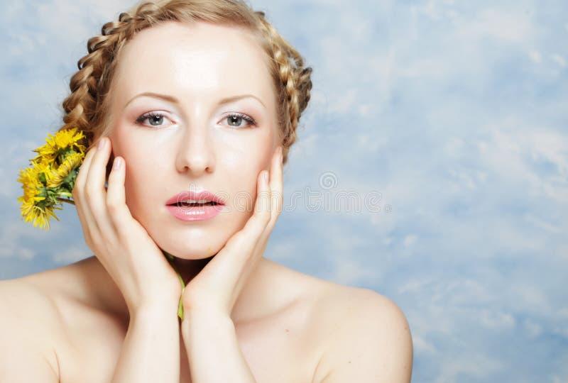 Frau mit Löwenzahnblumenstrauß lizenzfreie stockbilder