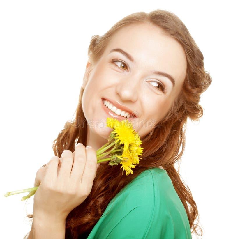 Frau mit Löwenzahnblumenstrauß lizenzfreies stockbild