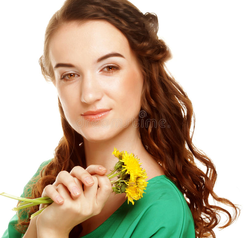 Frau mit Löwenzahnblumenstrauß stockbilder