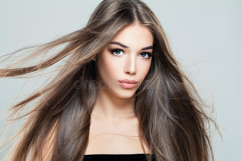 Frau mit langer gesunder Frisur lizenzfreies stockbild