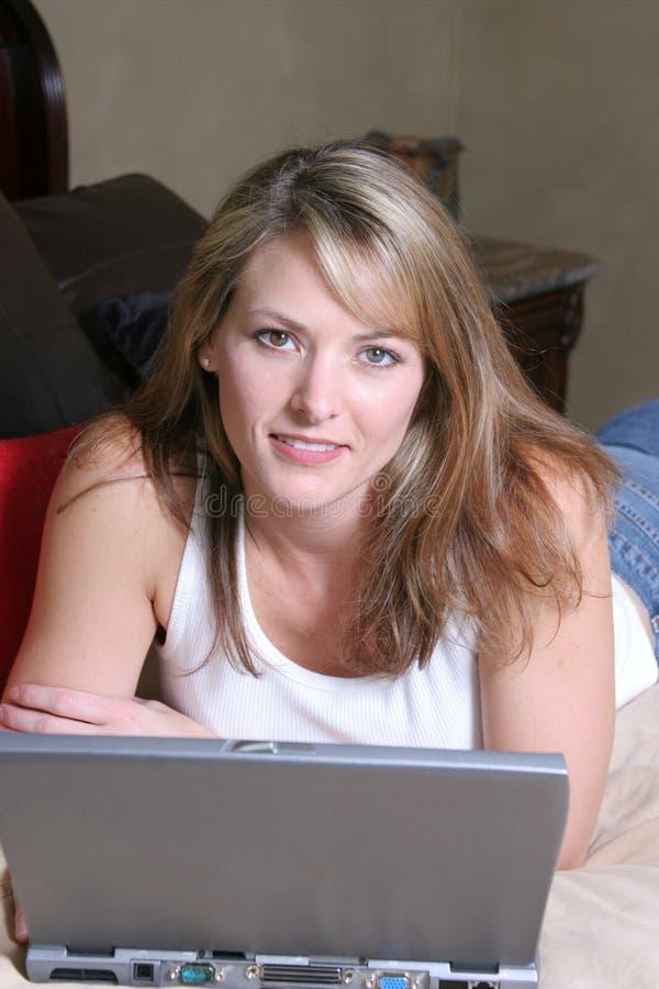 Frau mit Laptop lizenzfreie stockfotos