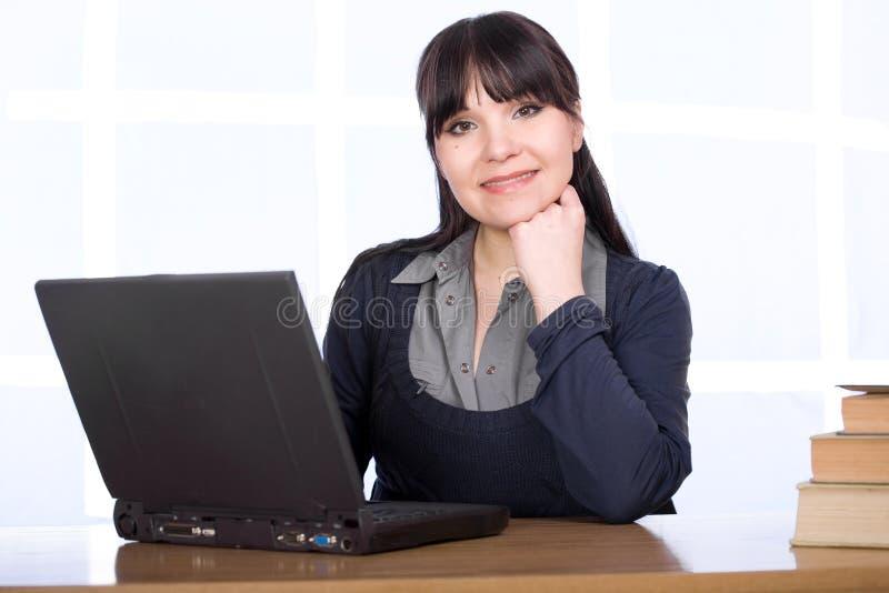 Download Frau mit Laptop stockbild. Bild von büro, geschäft, person - 9093087