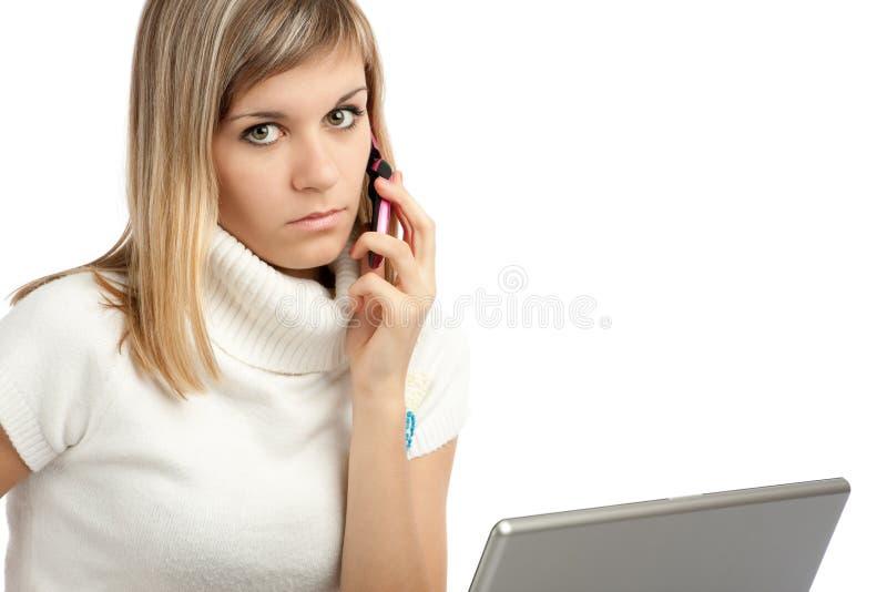 Frau mit Laptop-Computer lizenzfreies stockbild