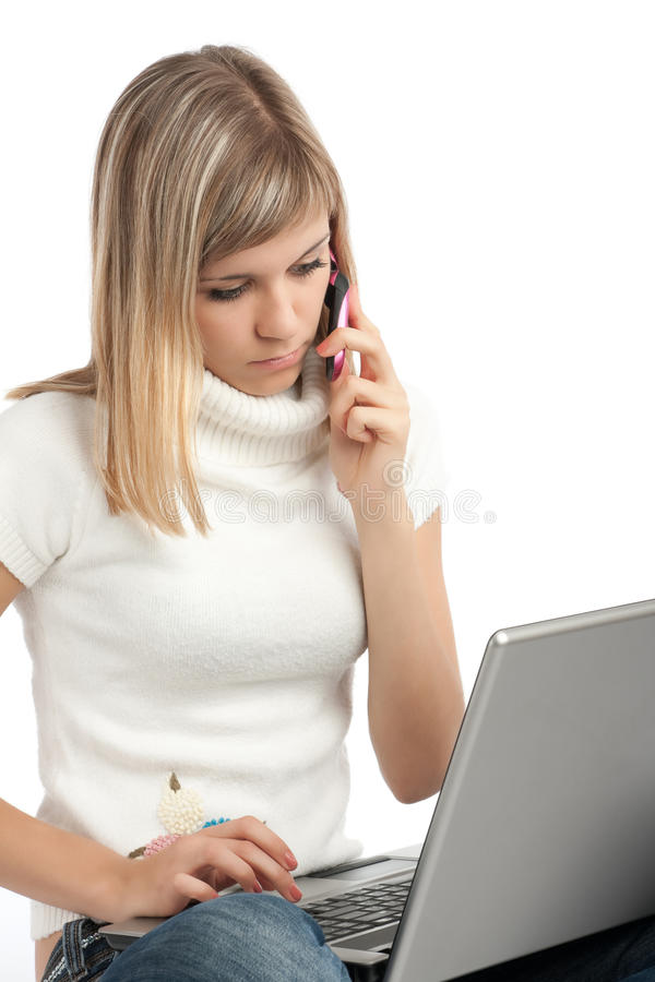 Frau mit Laptop-Computer lizenzfreie stockfotografie