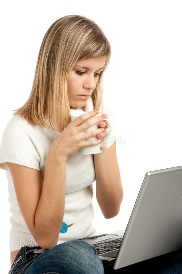 Frau mit Laptop-Computer und Tasse Kaffee stockfoto