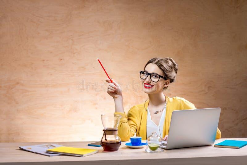 Frau mit Laptop im hölzernen Innenraum stockfotos