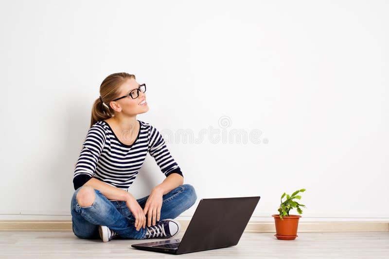Frau mit Laptop zu Hause lizenzfreie stockbilder