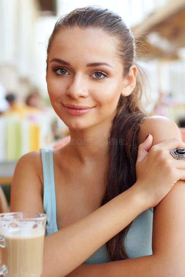 Download Frau mit latte stockbild. Bild von gesund, leute, mädchen - 27727409