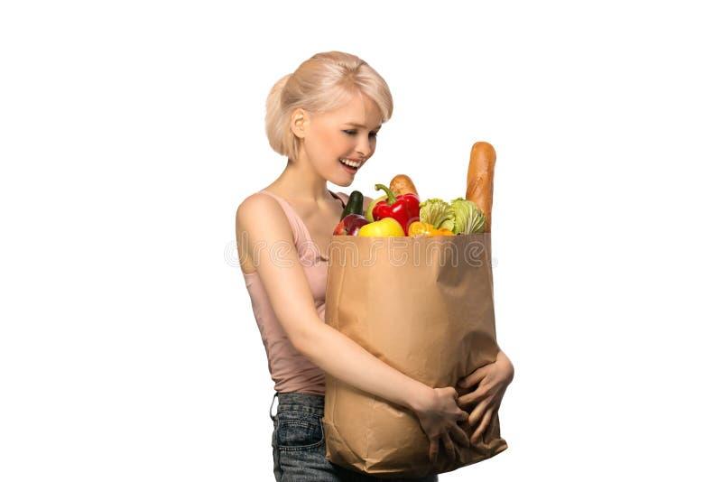 Frau mit Lebensmittelgeschäfteinkaufstasche stockfoto