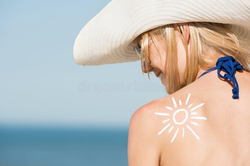 Frau mit Lichtschutz stockbild