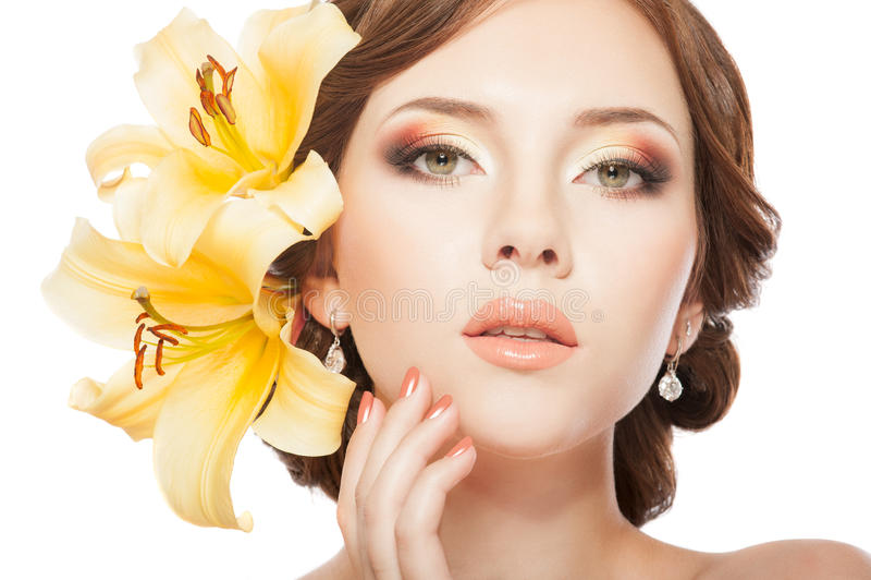 Frau mit Lilienblumen lizenzfreies stockbild