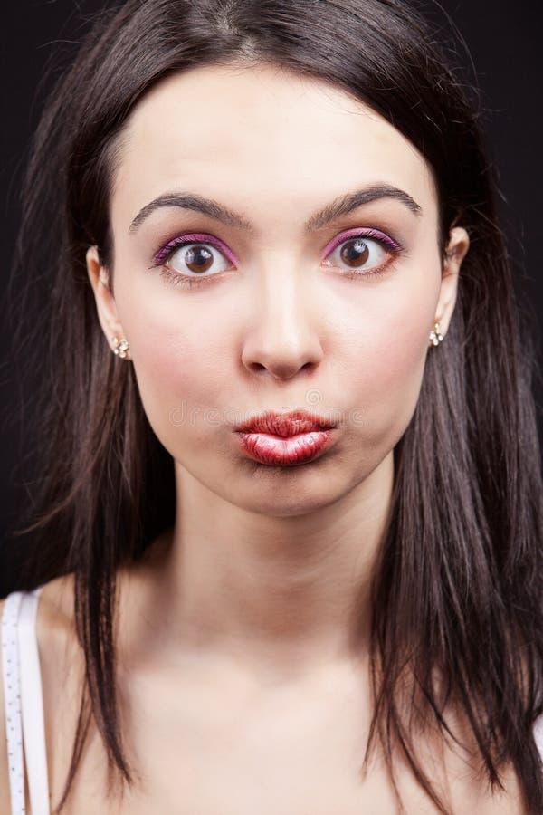 Frau mit lustigem und Überraschungsausdruck auf Gesicht stockfoto
