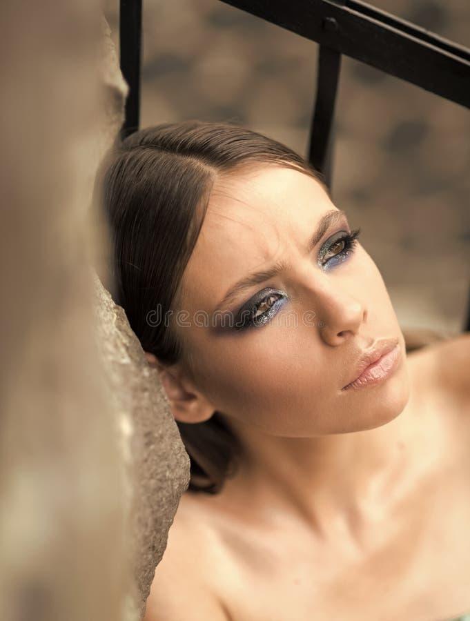 Frau mit Make-upgesicht, Brunettehaar, Schönheit Frau mit jungem Hautgesicht, Kosmetik, Jugend Schönheitsmodell mit Mode stockfoto