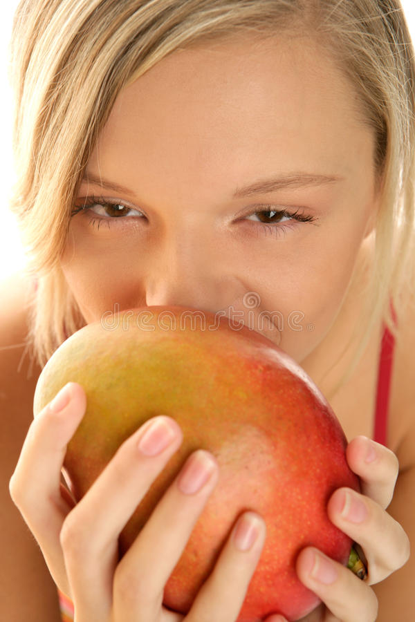 Frau mit Mangofrucht stockbild