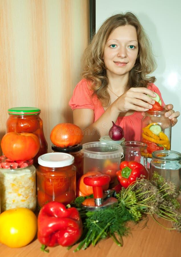 Frau mit mariniertem Gemüse stockbilder