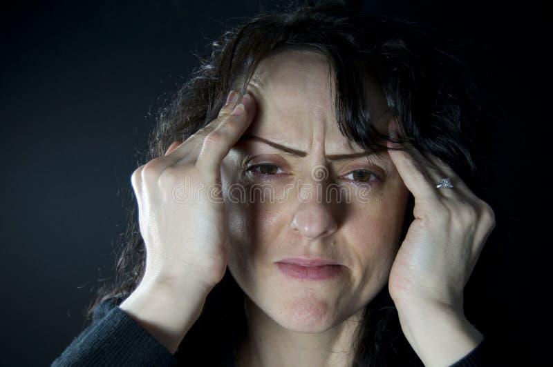 Frau mit Migräne lizenzfreie stockfotografie